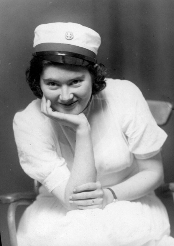 Anne O'Duinn som student hos fotografen. Hun fik studenterhuen 20. juni 1942